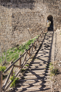 Wanderweg in Toledo, Spanien, der auf einen Torbogen zuführt