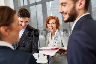 Bewerber oder Berufsanfänger freuen sich