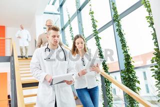 Junger Mann als Arzt mit Krankenschwester