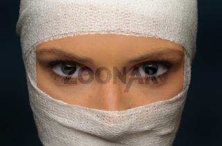 junge Frau mit Kopfverband