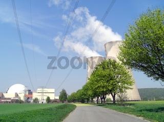KKW Grohnde mit Reaktor und Kühltürmen