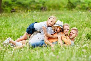 Kinder und Eltern albern glücklich herum