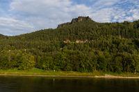 Blick über die Elbe auf den Lilienstein Elbsandsteingebirge sächsische Schweiz