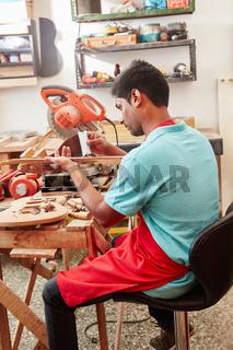 Gitarrenbauer arbeitet mit dem Radiusmesser