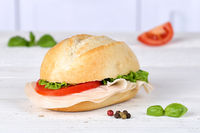 Brötchen Sandwich Baguette belegt mit Schinken auf Holzbrett