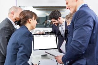 Gruppe Geschäftsleute schaut auf neuen Computer