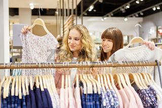 Zwei junge Frauen als Kunden beim Shopping