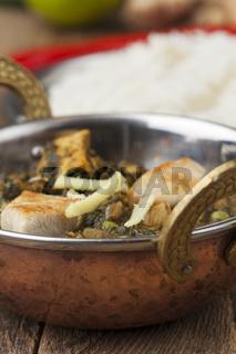 indisches Murgh Palak Gericht mit Reis