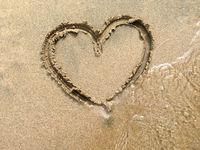 Gezeichnetes Herz am Strand