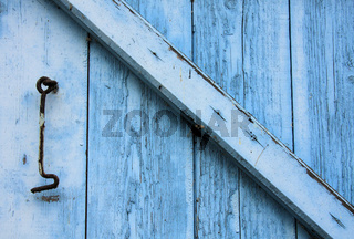 Blauer Holzladen mit Riegel