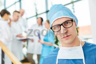 Junger Mann als Facharzt und Chirurg
