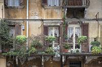 Balkon an einem Wohnhaus in Verona, Italien