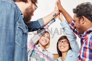 Geschäftsleute feiern Erfolg mit High Five