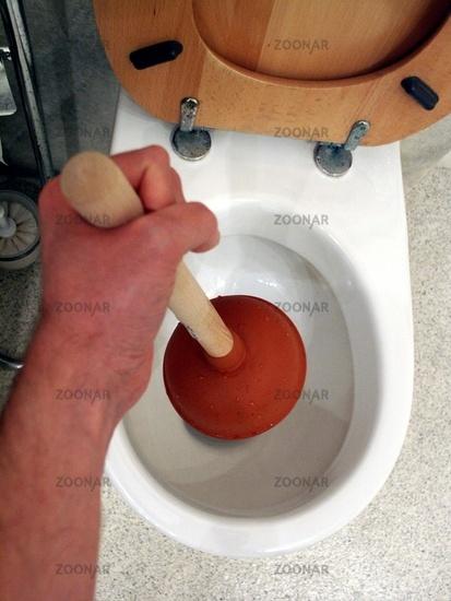 Saugglocke im Einsatz, WC Verstopfung