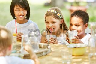Gruppe Kinder trinkt Milch und Saft