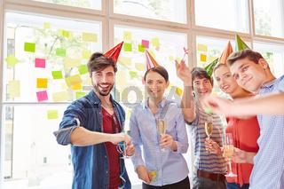 Start-Up Team feiert Erfolg mit Sekt