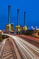 Heizkraftwerk von Vattenfall mit Stadtautobahn in Langzeitbelichtung, Berlin, Deutschland | Vatenwall power plant with highway in the night, time exposure, Berlin, Germany
