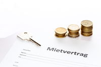 Mietvertrag mit Geld und Schlüssel