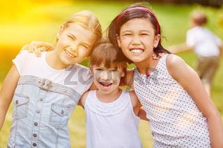 Gruppe Mädchen im Kindergarten im Sommer