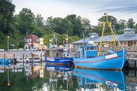 Fischkutter im Hafen in der Abenddämmerung.