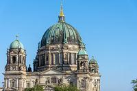 Der Berliner Dom an einem sonnigen Tag