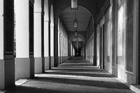 Klassischer Säulengang in schwarzweiß