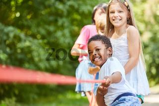 Kinder beim Tauziehen beweisen Kraft und Stärke