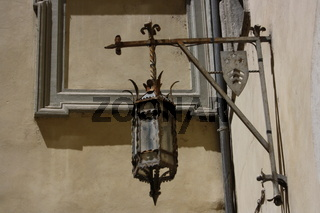 Rom, Lampe im Innenhof des Palazzo Costaguti an der Piazza Mattei