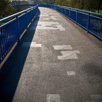 Brücke über eine verkehrsreiche Straße in Magdeburg