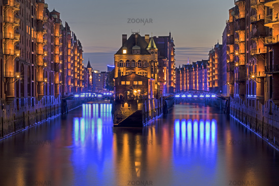 Das beleuchtete Wasserschloss, Speicherstadt, Illumination Blue Port ,Hamburg, Deutschland, Europa