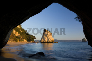 Cathedral Cove, durch Wind und Wetter geformte Felsinsel am Strand von Cathedral Cove, gesehen durch einen natuerlichen Felsbogen, Cathedral Cove, Coromandel Halbinsel, Nordinsel, Neuseeland, Cathedral Cove, by erosion artfully sculpted rock formation see