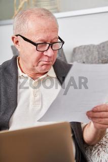 Rentner liest ein Dokument oder einen Brief