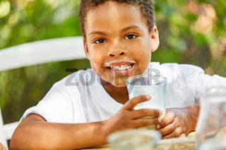 Junge trinkt ein gesundes Glas Milch