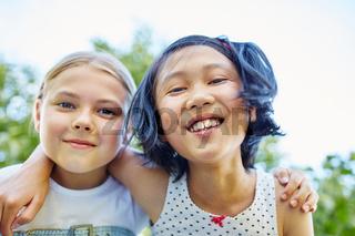 Porträt von zwei Mädchen als Freundinnen