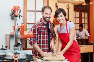 Frau und Mann als Team in der Werkstatt