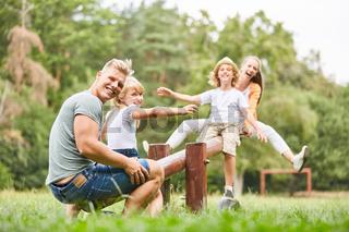 Fröhliche Familie hat Spaß auf der Schaukel
