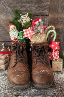 Stiefel mit Geschenken und Suessigkeiten