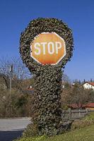 Stopschild mit Pflanzen