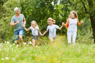 Glückliche Familie in der Natur im Sommer