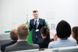 Junger Geschäftsmann als Berater und Referent
