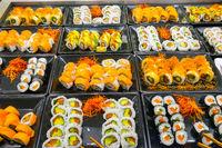 Große Auswahl an Sushi-Rollen