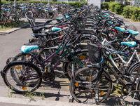 viele Fahrräder in der Stadt auf einem Parkplatz