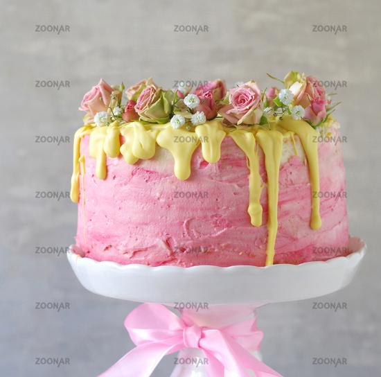 Foto Festliche Rosa Erdbeer Buttercreme Torte Mit Gelb Eingefarbtem
