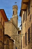 Gasse in Volterra mit Blick auf den Palazzo dei Priori