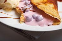 Omelette mit Kirschsauce und Vanilleeis
