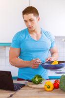 Kochen Mann Essen Gemüse Rezept Computer Hochformat gesunde Ernährung