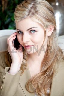 Geschäftsfrau am Mobil-Telefon