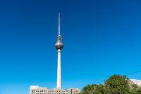 Der berühmte Fernsehturm am Alexanderplatz in Berlin
