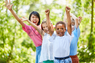 Multikulturelle Gruppe Kinder jubelt begeistert