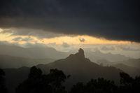 Gebirge in Gran Canaria bei Sonnenuntergang